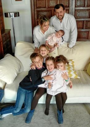 Vater Bernardo steht hinten, Mutter Guillermina hat die kleine Mariana auf dem Arm. Vorne (v.l.) die weiteren vier Kinder: Tomás, Mercedes, Guillermina und Pepa.