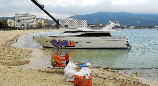 Nach über einem Jahr wird die Yacht in den Gewässern der Gemeinde Calvià geborgen. Die abmontierbaren Teile der inneren Kajüte werden als erstes entfernt.