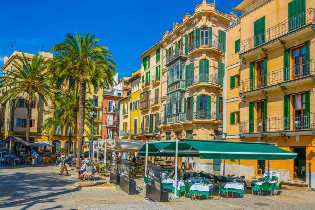 Die Urlauber lieben die Terrassen auf Mallorca, wie hier an Palmas Lonja-Platz.