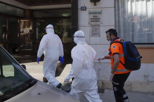 Medizinisches Personal in Schutzanzügen betritt eine Pflegeeinrichtung in Can Pastilla.