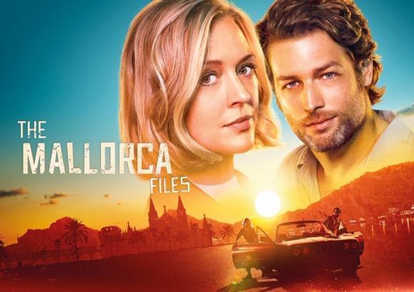 """Sie sind das Ermittlerduo der am 17. April gestarteten Krimiserie """"The Mallorca Files"""": Britin Miranda Blake (Elen Rhys) und der deutsche Max Winter (Julian Looman)."""