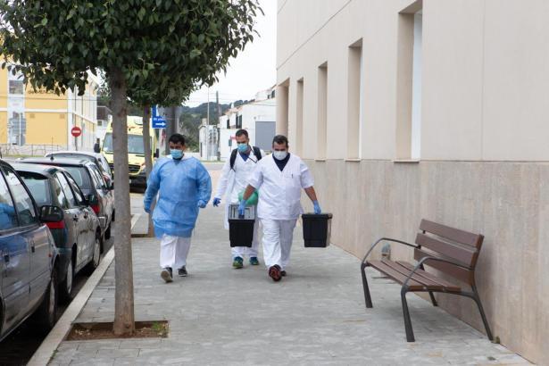 Mitarbeiter des Gesundheitsdienstes auf dem Weg zu einem Massentest in einem Altersheim.