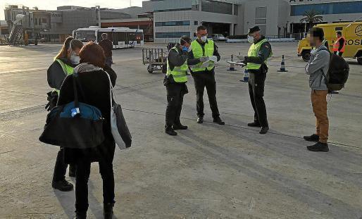 Die Polizei kontrolliert am Flughafen die Einreisegründe der Passagiere.