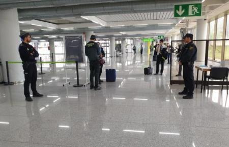 Das Archivfoto zeigt eine Polizeikontrolle am Flughafen von Palma am 8. April. Die wenigen eintreffenden Passagiere wurde nach ihrem Gesundheitszustand befragt.