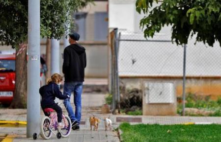 """Ab Sonntag, 26. April, wird es auch """"ohne"""" Hund gehen: bis zu drei Kinder eines Haushaltes dürfen nach draußen."""