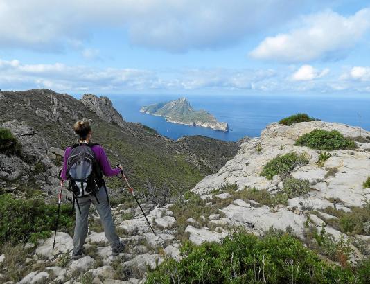 Blick aus der Tramuntana auf Sa Dragonera. Mit etwas Fantasie ähnelt der Umriss der Insel einer Eidechse.