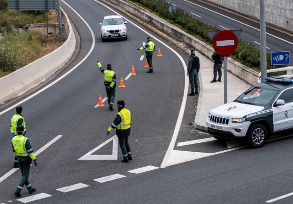 Kontrolle an einer Landstraße auf Mallorca.