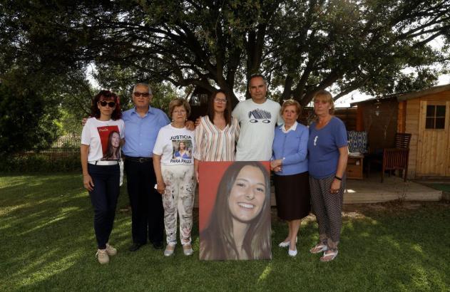 Die Familie mit einem Bild von Paula Fornés.