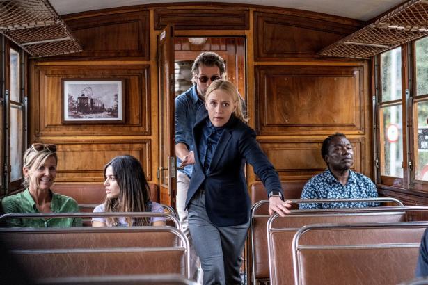 Miranda (Elen Rhys) und Max (Julian Looman) suchen einen Flüchtigen in der Sóller-Bahn.