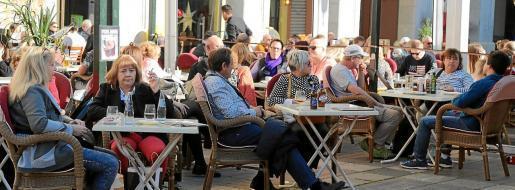 Die Gastronomen auf Mallorca streben zumindest auf den Außenterrassen ein Rückkehr zur Normalität an. Anders als früher müssen jedoch die Abstände zwischen den Tischen größer sein.