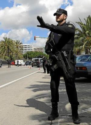 Eine Szene in Palma: Ein Polizeibeamter überprüft im Rahmen einer Straßenkontrolle die Einhaltung der Ausgangssperre.