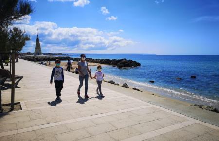 Nach sechs Wochen Ausangssperre der erste Spaziergang mit den Kindern an der Meerespromenade in El Molinar.