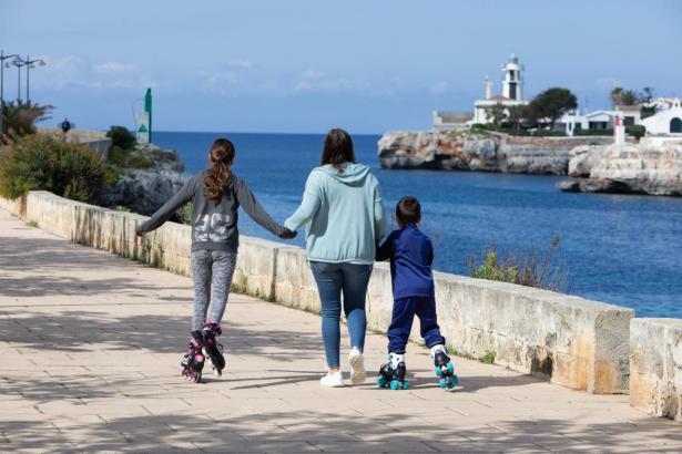 Mutter mit ihren Kindern am Sonntag auf Mallorca.