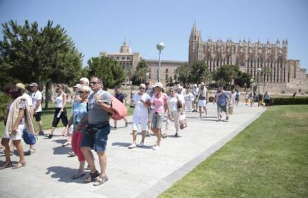 Touristen im vergangenen Jahr an der Kathedrale von Palma.
