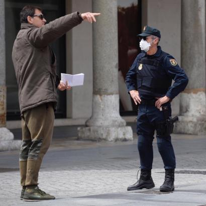 Kontrollierender Polizist auf einer Straße in Palma.