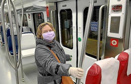 Maskenbenutzerin in einem Zug auf Mallorca.