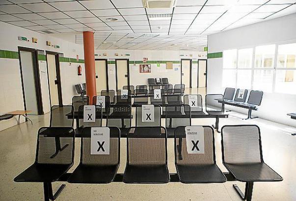 """Wo das """"X"""" ist, darf man nicht sitzen. Auf diese Weise sollen in den Gesundheitszentren Mindestabstände gewahrt bleiben."""