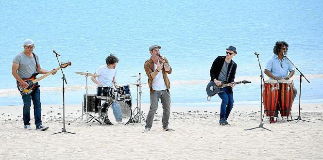 """Sänger Sascha Pierro der Band Marquess feiern an der Playa de Amadores """"Julia""""."""