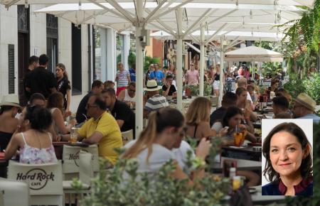 Spaniens Tourismusministerin Reyes Maroto (kl. Foto) wünscht sich, dass bald wieder deutsche Urlauber nach Spanien kommen können.