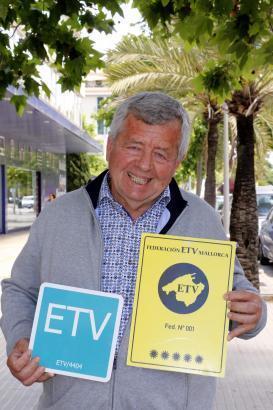 Der Präsident der Ferienhausvermieter auf Mallorca (ETV), Jordi Cerdó, zeigt die offiziellen Plaketten, die für eingetragene Lizenznehmer vergeben werden. Rechts alt, links neu seit 2019.