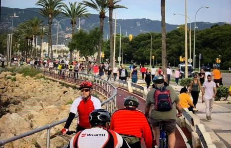 An Palmas Paseo Marítimo war es am ersten Tag der weitreichenden Lockerungen teilweise übervoll.