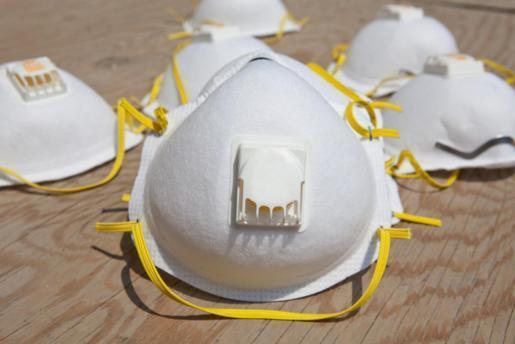 Zur Bedeckung von Mund und Nase gibt es unterschiedliche Möglichkeiten, von einfachen chirurgischen Masken bis FFP-Masken (Bild) mit stärkerer Schutzwirkung.