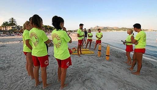 Das Rettungsschwimmer-Team von Alcúdia wurde vor der Strandöffnung mit Gesichtsmasken und Handschuhen ausgestattet.