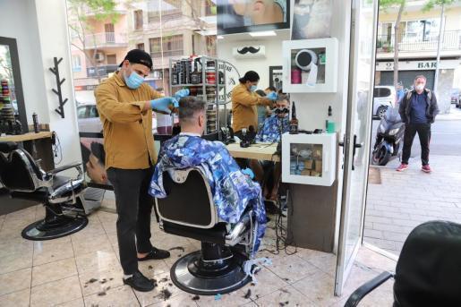 Von vielen sehnlichst erwartet und mit teilweise wochenlangen Wartelisten, haben am Montag, 4. Mai, die ersten Friseure wieder geöffnet.