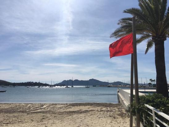 Im Moment wehen an den Stränden von Pollença rote Flaggen – es herrscht Badeverbot wegen der Coronakrise.