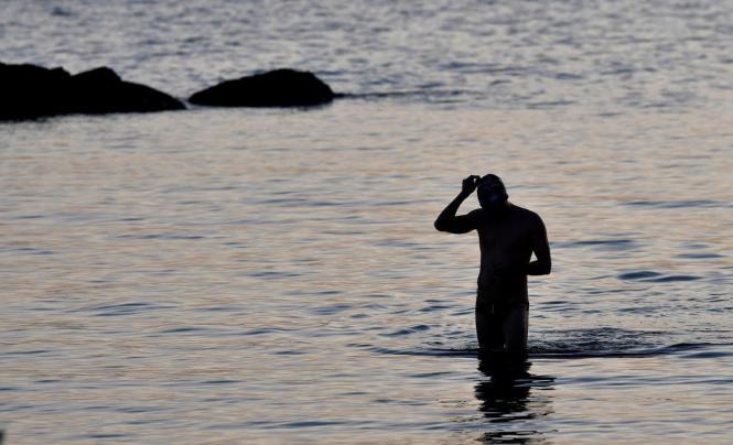 Auf Ibiza drückte ein Corona-Sünder einen Polizisten unter Wasser.