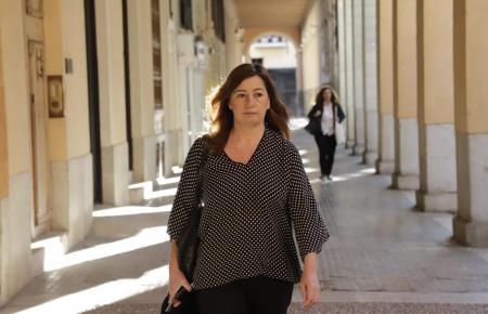 Ministerpräsidentin Armengol auf dem Weg zum Parlament.