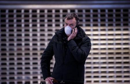 Seit Montag ist Mundschutz zumindest im Nahverkehr Pflicht, auch in Innenräumen halten sich viele Mallorca-Bewohner daran.