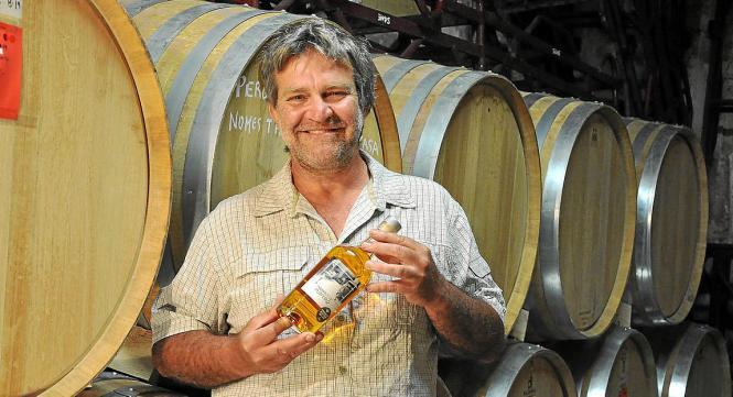 """Pere Calafat vom Weingut """"Jaume de Puntiró"""" glaubt an """"Öko"""". Sein goldener Wermut ist aus reinen Biozutaten."""