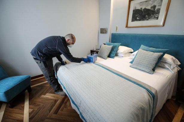 Desinfektionsaktion in einem Hotel.