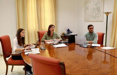 Balearen-Präsidentin Francina Armengol (PSOE, Mitte) bei ihrer Videkonferenz mit Vertretern der Inselräte von Mallorca, Menorca, Ibiza und Formentera am Samstag.