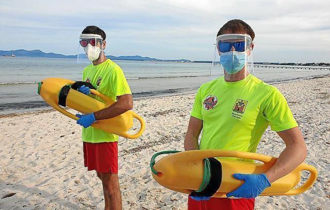 Rettungsschwimmer in Alcúdia mit Handschuhen und doppeltem Gesichtsschutz.