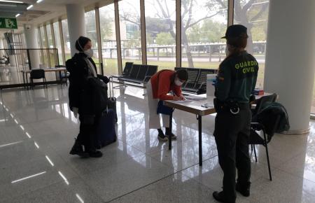 Die Guardia Civil lässt ankommende Fluggäste auf Mallorca Zettel ausfüllen und befragt sie nach ihrem endgültigen Ziel auf der Insel.