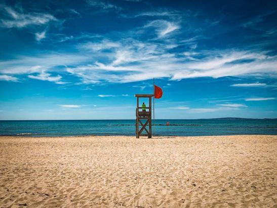 Ein leerer Strand auf Mallorca. Ab Juli ist hier vielleicht wieder mehr los.