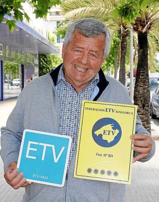 Jordi Cerdó, Präsident des Verbands der Ferienhausvermieter (ETV) auf Mallorca, mit den Plaketten für eingetragene Ferienhäuser mit Lizenznummer.