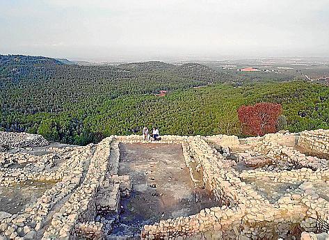 Die Archäologen Peter Eeckhout (re.) und Vicente Lull (li.) auf dem Plateau La Almoloya, einem über 50 Meter hoch gelegenen Felsplateau im Zentrum des argarischen Siedlungsgebiets.