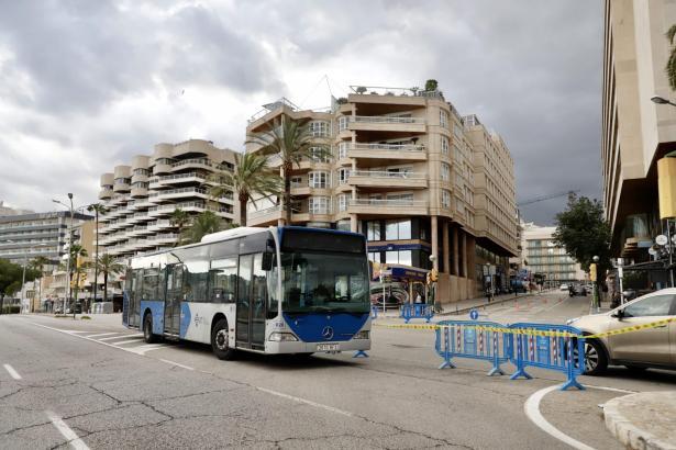 So wie hier auf dem Paseo Marítimo dienen Stadtbusse an einigen Stellen in Palma als Hindernisse. Zumindest während der Ausgangszeiten.