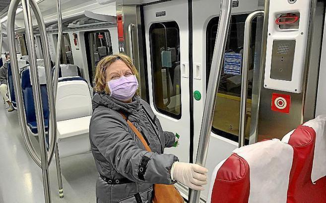 In Zügen und Bussen sind Masken momentan Pflicht.