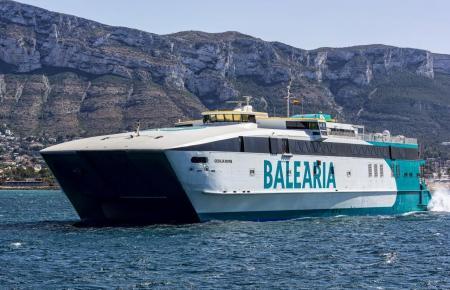 Baleària-Schnellfähre beim Einlaufen in einen Hafen.