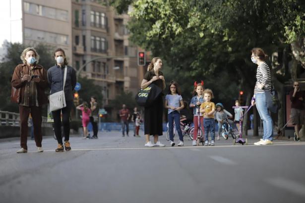 Passanten auf gesperrten Straßen in Palma.