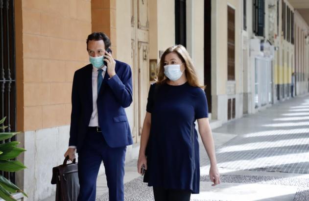 Ministerpräsidentin Armengol maskiert vor dem Balearen-Parlament.