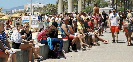 So voll war es an der Playa de Palma im Sommer 2019. Ungeachtet der geplantenen Lockerungen ist derzeit eine Wiederholung solcher Eindrücke kaum vorstellbar.