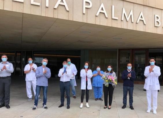 Die letzten im Meliá Hotel Palma Bay betreuten Patienten mit Covid-19 sind am Sonntag auf Mallorca unter dem Beifall von Medizinern, Pflegern und Hotelmitarbeitern als gesund entlassen worden.