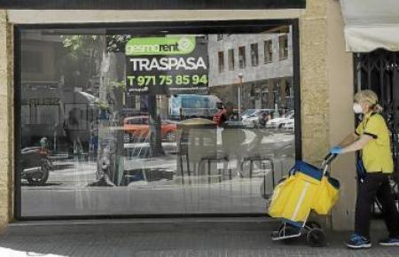 """Nach der zweimonatigen Zwangspause sind in den Schaufenstern immer mehr """"Traspasa""""-Schilder zu sehen. Deren Betreiber ersuchen eine Geschäftsübernahme."""