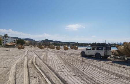 Gemeindebeschäftigte bei der Aufstell-Arbeit am Strand.
