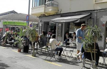 Besonders in Palma gingen Hunderte Anträge auf Terrassenerweiterungen ein. Dafür werden nun Parkflächen genutzt.